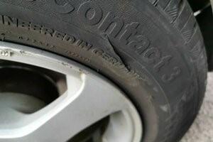 bočný defekt na pneumatike