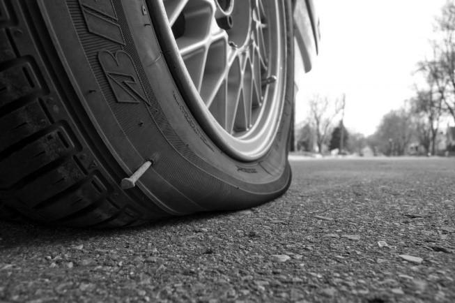 poškodené pneumatiky od defektu